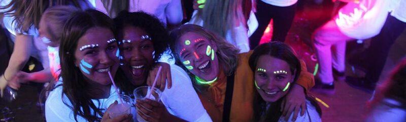 Piger med uv makeup til rave fest